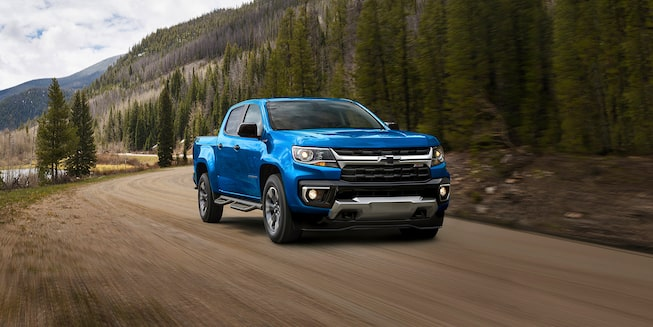 Camion Chevrolet Colorado 2021 conduisant à travers les montagnes.